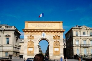 A view of the Arc de Triomphe Montpellier on a hot sunny day